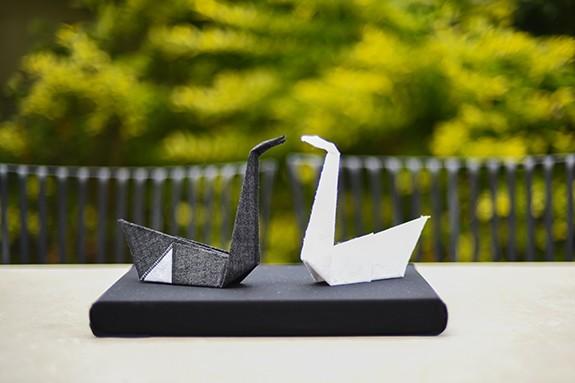 זוג ברבורי אוריגמי מקופלים מבדי כותנה בשחור ולבן. מתנת חתונה, מתנת אירוסין, מתנה לזוגיות. מורן אלחלל אוריגמי בד.