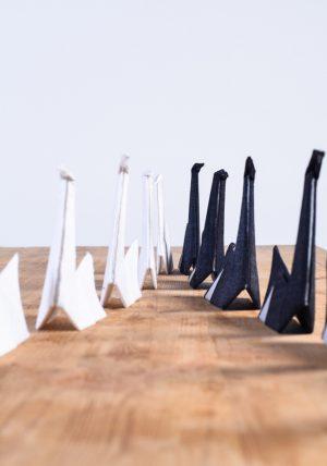 זוגות ברבורים מקפולים ותפורים בשפת האוריגמי מבדים שחור ולבן לעיצוב אירועים, מרכזי שולחן, חתונות . מורן אלחלל אוריגמי בד.