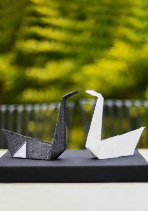זוג עגורי אוריגמי עשויים בדי כותנה בשחור ולבן, מתנת חתונה, עיצוב מרכז שולחן. מורן אלחלל - אוריגמי בד.