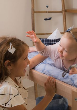 זוג סיכות ראש בצורת לב אוריגמי בבד אדום או לבן לבחירה. אקססוריז חגיגי לשיער לילדות. מורן אלחלל אוריגמי בד.