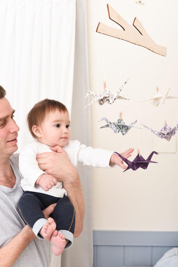 מובייל עגורים, מובייל סגול, מובייל לעיצוב חדר הילדים, מתנת לידה, מובייל לתינוק, חמישה עגורי אוריגמי בד, מתלה ענף, עיצוב חדר ילדים, מובייל התפתחותי. מורן אלחלל אוריגמי בד