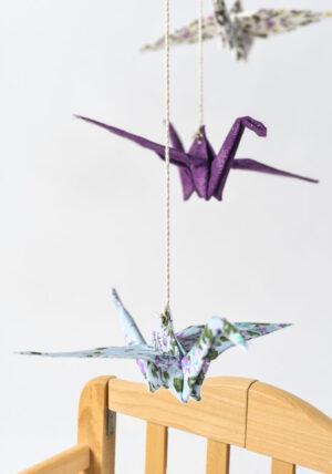 מובייל 3 עגורי אוריגמי בגווני סגול טורקיז ולבן פרחוני, מובייל לעיצוב חדר ילדים, מובייל למיטת תינוק, מובייל עגורים, עבודת יד, מתנת לידה, מתנה לגיל שנה, מורן אלחלל אוריגמי בד
