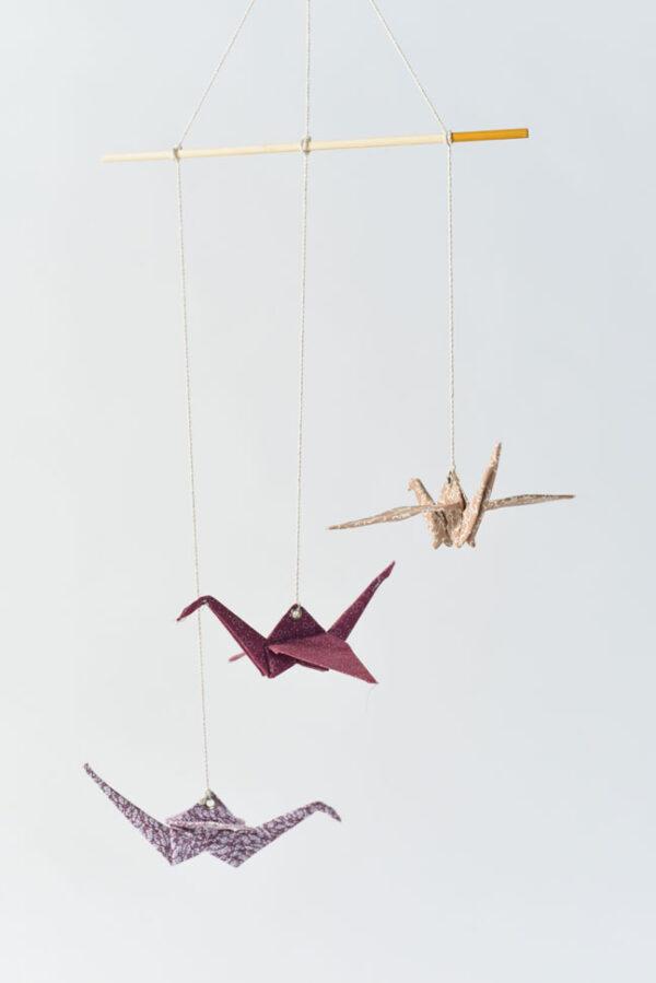 מובייל 3 עגורי אוריגמי בד לעיצוב הבית, עיצוב חדר שינה, עגורי אוריגמי בד פרחוני בגווני, בורדו, מוקה ולבן, מתנה לבית חדש, מתנה למורים, מתנות סוף שנה, מורן אלחלל אוריגמי בד