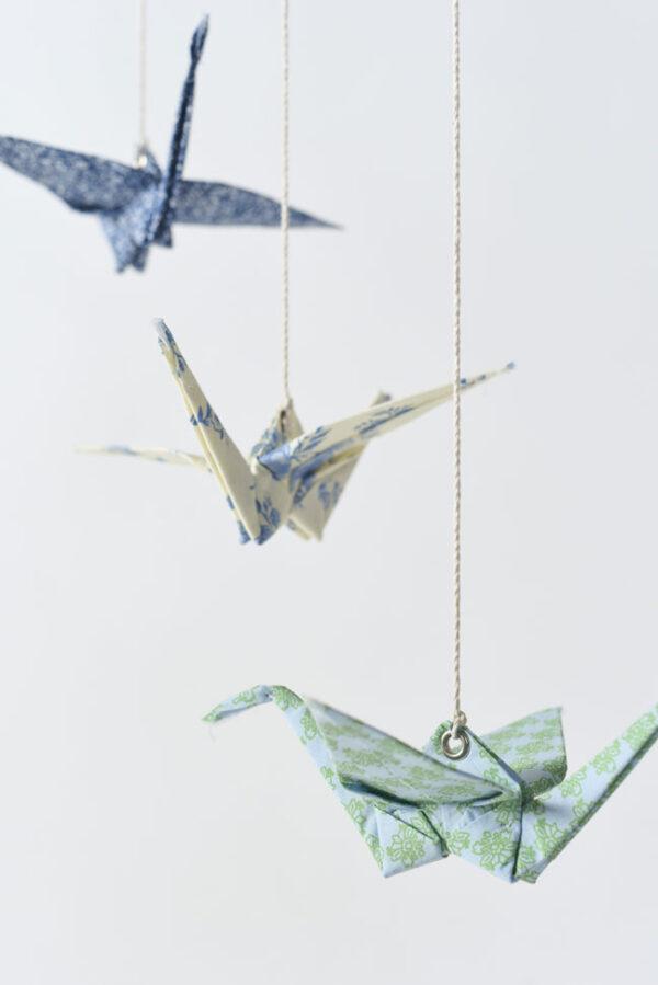 מובייל 3 עגורי אוריגמי בד בגווני כחול וטורקיז, מובייל עגורים לעיצבו הבית ולעיצוב חדרי ילדים, מתנה למורה, מתנה לגננת, מתנה לחג, עיצוב הבית והום סטיילינג, מורן אלחלל אוריגמי בד