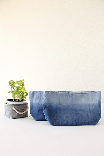 סל אחסון עשוי קנבס בגוון כחול בצביעת שיבורי , סל קנבס, סל לעציץ, איחסון לשידת החתלה, עיצוב הבית, מורן אלחלל