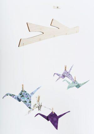 מובייל עגורים סגולים ובו 5 עגורי אוריגמי בד, מתלה בלזה בצורת ענף, סגול וטורקיז, עיצוב חדר ילדים, מובייל לתינוק, מתנת לידה. מורן אלחלל אוריגמי בד