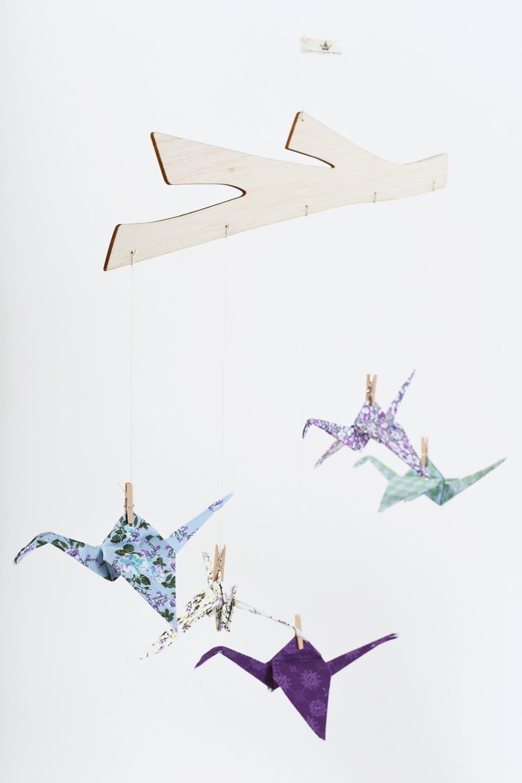 מובביל 5 עגורי אוריגמי בד לעיצוב חדר הילדים, מתנת לידה , מובייל לשידת החתלה , גוונים סגולים וטורקיז בשילוב עץ בלזה טבעי - מורן אלחלל אוריגמי בד