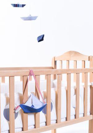 סט מתנת לידה לתינוק, מגן ראש חלונות לבן, מובייל סירות אוריגמי ומשומר מוצצים מעוצב לממיטה. מורן אלחלל אוריגמי בד .