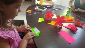 סדנאת אוריגמי, סדנאות יצירה לילדים, סדנאות לילדים, סדנאות יום הולדת, יום הולדת בנות, יום הולדת יצירה, זר פרחים מנייר, קיפולי נייר, פרחים מנייר, פרחי אוריגמי. מורן אלחלל