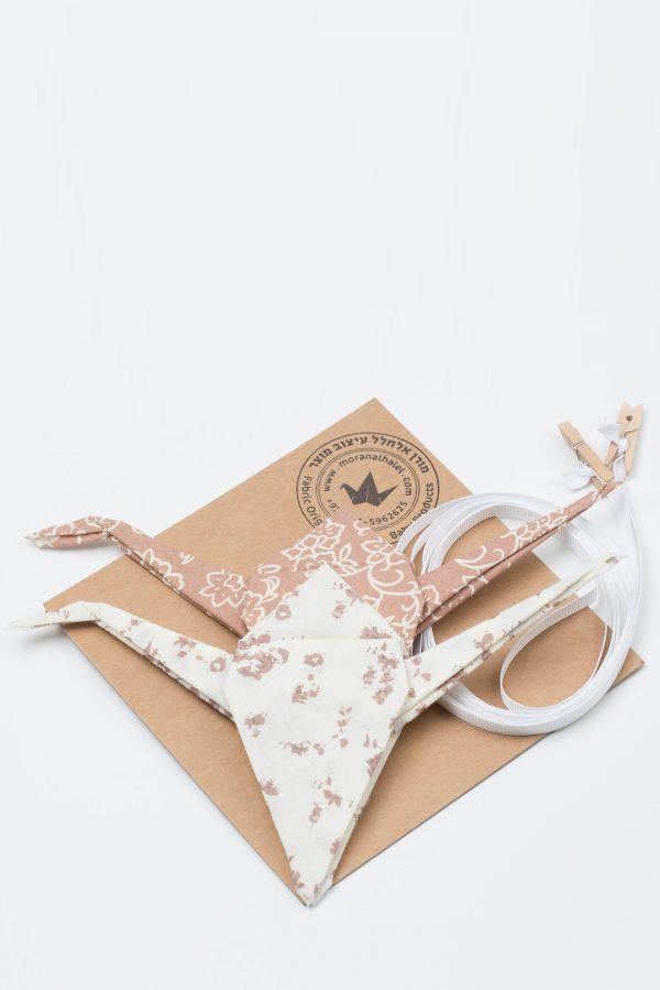 זו עגורים לוילון, מובייל עגורים, עגורי אוריגמי בד, עיצוב קיר, מתנות לבית חדש, מזל וברכה, מתנות לחג, עבודת יד, עגורים שמנת ומוקה , מורן אלחלל אוריגמי בד