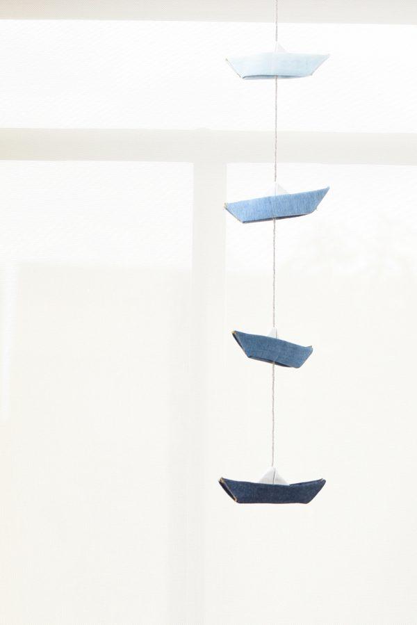 גרלנדה אנכית ובה 4 סירות מקופלות מבד ג'ינס בארבעה גוונים של כחול, לתלייה בבית, ולעיצוב חדר ילדים, מתנת לידה. מורן אלחל- אוריגמי בד