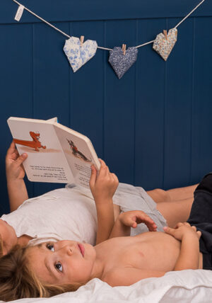 גרלנדת לבבות, קישוט לקיר, עיצוב חדר ילדים, עיצוב אוריגמי, מתנות לידה, מתנות ליום הולדת, עיצוב הבית, הום סטיילינג, לבבות אוריגמי, מורן אלחלל אוריגמי בד