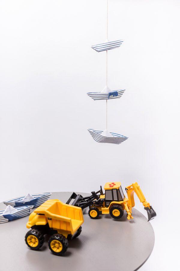 גרלנדת 3 סירות אוריגמי בגדלים שונים לתלייה לעיצוב הבית ולחדרי ילדים. דגם טאי דאי כחול לבן. מורן אלחלל אוריגמי בד.
