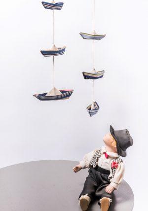גרלנדת סירות אוריגמי בד לעיצוב חדר ילדים, מובייל ימי לוילון, סירות בד לקישוט, בד נייבי אדום פסים, מתנת לידה, עבודת יד, מתנת יום הולדת לבן. מורן אלחלל אוריגמי בד.
