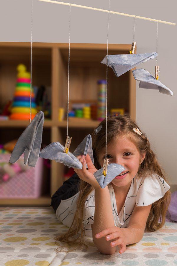מובייל מטוסי אוריגמי בד לעיצוב חדר הילדים. מתנת לידה מיוחדת בעבודת יד. מובייל מטוסים מעוצב, מטוסי אוריגמי בד כותנה, כחול ולבן טאי דאי, מתלה מוט במבוק טבעי.מובייל לתינוק, מתנת לידה, מטוסי אוריגמי. מורן אלחלל אוריגמי בד.