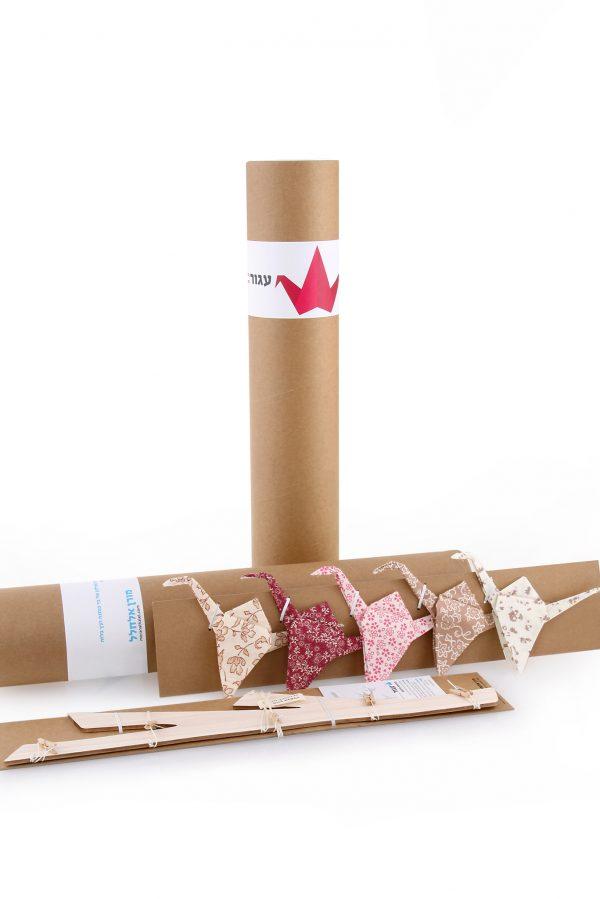 אריזת גליל למובייל עגורי אוריגמי בד בבדים ורודים וחומים לתינוקת / מובייל לתינוק לעיצוב חדר הילדים , מתנת לידה . מורן אלחלל אוריגמי בד .
