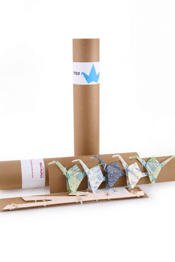 אריזת גליל ומובייל 5 עגורי אוריגמי בד כותנה בהדפסים של כחול שמנת וירוק בשילוב עץ עץ עשוי בלזה. לעיצוב חדר ילדים, מתנת לידה וכמובייל לתינוק מעל שידת ההחתלה. מורן אלחלל אוריגמי בד