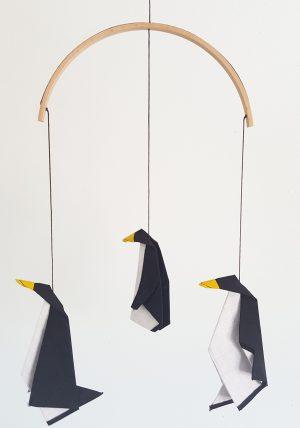 מובייל לתינוק שחור לבן ובו 3 פינגוינים מקופלים מבדי כותנה בשפת האוריגמי . מתנת לידה מיוחדת, עיצוב חדר ילדים. מורן אלחלל אוריגמי בד