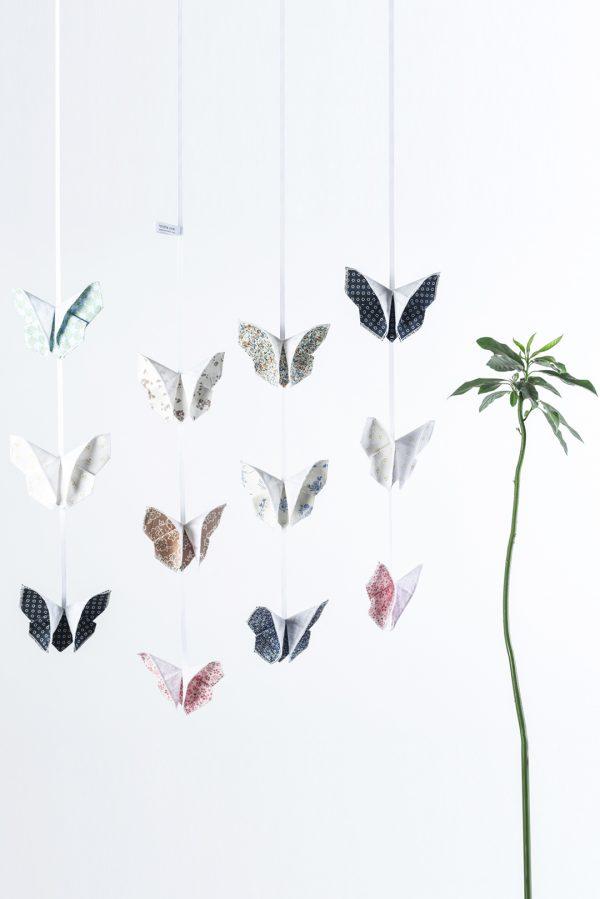 מובייל שלושה פרפרים לעיצוב הבית ולחדרי הילדים בוריאציות שונות של שילובי בדים לבחירה . מורן אלחלל אוריגמי בד.