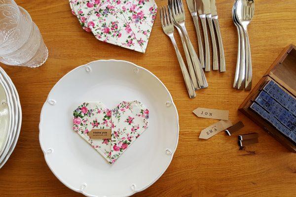 סט 4 תחתיות לבבות אוריגמי, עשויות בד כותנה פרחוני. תחתית לעוגה, תחתית לכוס יין, מתנה לחג, סט אירוח וכרטיסי הושבה לאורחים. מורן אלחלל - אוריגמי בד.