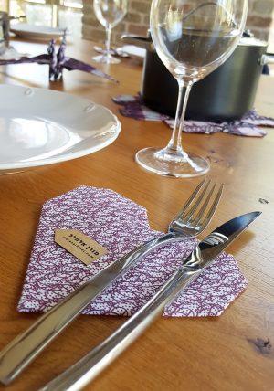 סט תחתיות לכוסות , תחתית לעוגה, תחתית ליין, עיצוב לב אוריגמי עשוי בד כותנה בגוונים בורדו ולבן. מתנה לחג, מתנה לבית חדש. מורן אלחלל - אוריגמי בד.