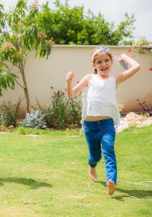 סרט לשיער לילדות משולב פרפפר אוריגמי ג'ינס עם סרט תחרה בצבע אפרסק. מתנת יום הולדת, מתנה לאחות גדולה., אקססוריז לשיער. מורן אלחלל אוריגמי בד.