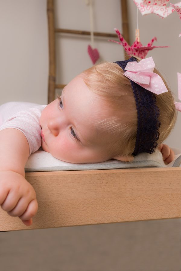 סרט לשיער פרפר אוריגמי ורוד בייבי, סרט תחרה לתינוקת, סרטים מעוצבים לתינוקות, אביזרי שיער לילדות, מתנות לידה מיוחדות, פרפי אוריגמי, בדי כותנה, מורן אלחלל אוריגמי בד