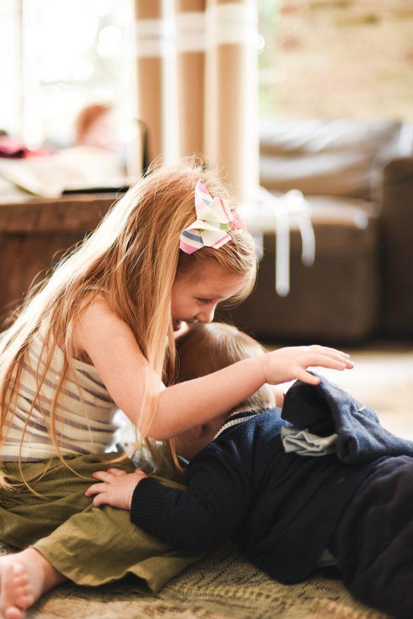 סרט לראש פרפר אוריגמי בד צבעוני בדוגמאת פסים עם סרט תחרה עדין. אקססוריז לשיער לילדות, מתנת לידה, סרט חגיגי לשיער. מורן אלחלל אוריגמי בד.