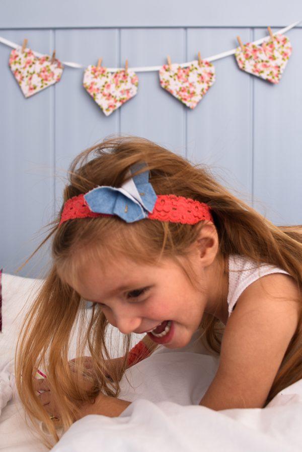 סרט לשיער לילדות משולב פרפר אוריגמי ג'ינס עם סרט תחרה בצבע ורוד. מתנת יום הולדת, מתנה לאחות גדולה., אקססוריז לשיער. מורן אלחלל אוריגמי בד.