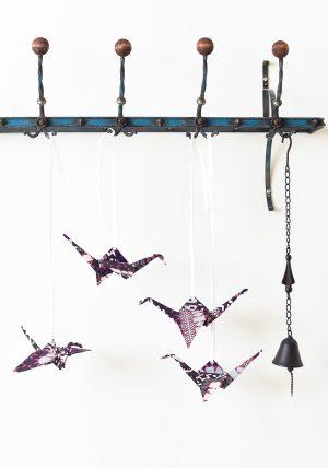עגורים גדולים בשפת האוריגמי מקופלים מבדי כותנה בגווני בורגונדי , לתלייה ולעיצוב הבית. מורן אלחלל אוריגמי בד