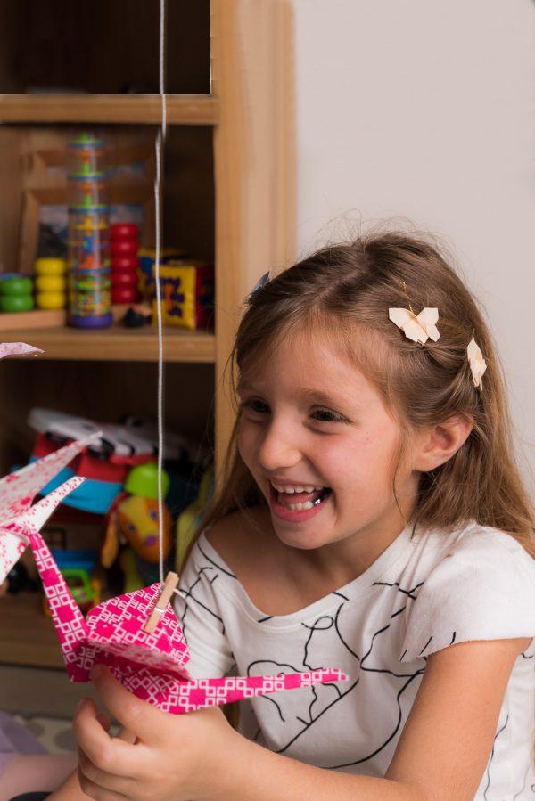 סיכות ראש חגיגיות לילדות, פרפרי אוריגמי בד קטנים מחוברים לסיכות סבתא. אקססוריז לשיער לאירועים, סיכות ראש מעוצבות, אביזרי שיער. מורן אלחלל אוריגמי בד.