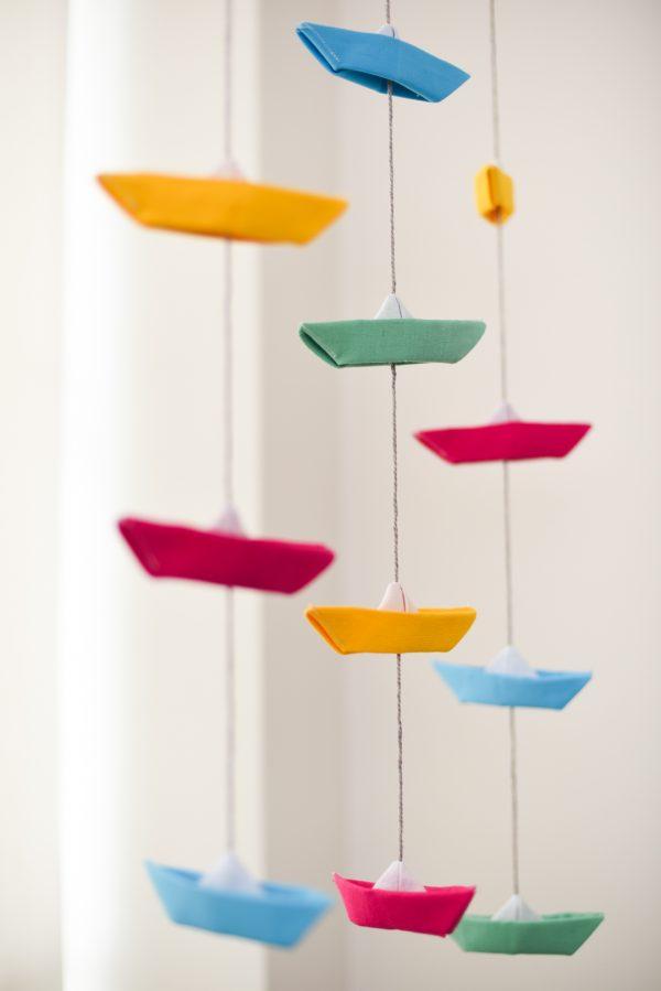 גרלנדת סירות אוריגמי לעיצוב חדר הילדים, גרלנדה אנכית ובה 4 סירות מבד פשתן בכחול,ורוד,צהוב וירוק. מורן אלחלל אוריגמי בד