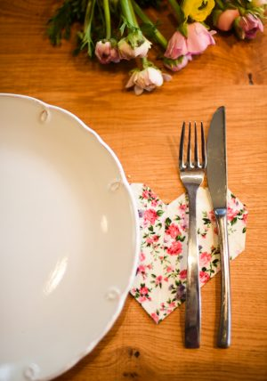 סט 4 תחתיות לבבות אוריגמי, עשויות בד כותנה פרחוני. תחתית לעוגה, תחתית לכוס יין, מתנה לחג, סט אירוח. מורן אלחלל - אוריגמי בד.