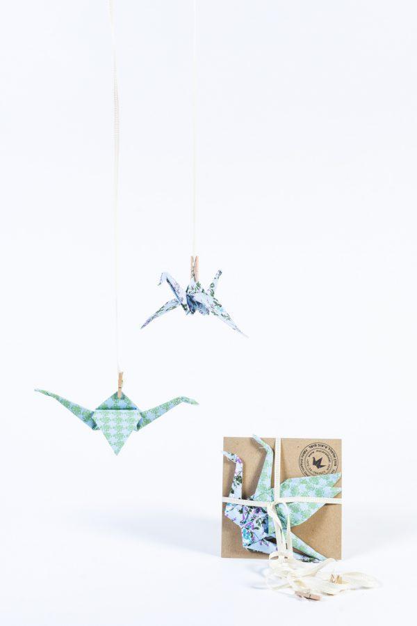 מובייל לוילון זוג עגורי אוריגמי לתלייה לעיצוב חדר הילדים, בדים בגוונים טורקיז וסגול פרחוני, מתנת לידה, מורן אלחלל אוריגמי בד.