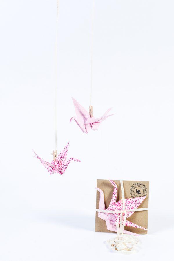 מובייל לוילון זוג עגורים עשויים בדי כותנה בהדפסים שונים בגוונים של ורוד ולבן, למובייל לוילון, מובייל לחלוק, עיצוב לבית, עיצוב לחדרי ילדים, מורן אלחלל אוריגמי בד
