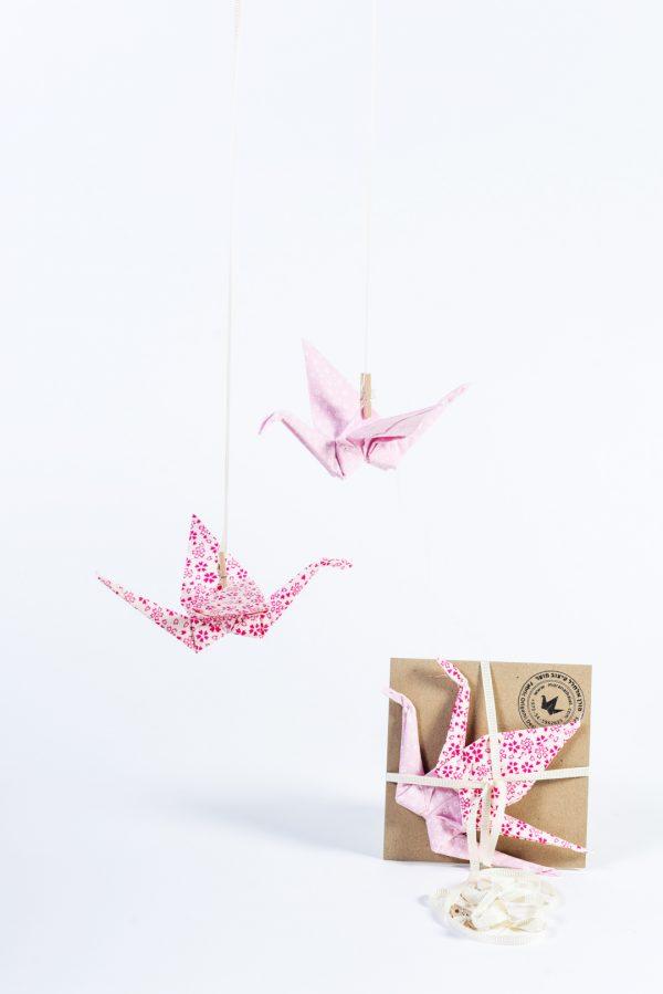 זוג עגורים עשויים בדי כותנה בהדפסים שונים בגוונים של ורוד ולבן, למובייל לוילון, מובייל לחלוק, עיצוב לבית, עיצוב לחדרי ילדים, מורן אלחלל אוריגמי בד