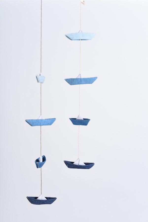זוג גרלנדות אנכיות תלויות זו לצד זו ובהן 4 סירות מקופלות מבד ג'ינס בארבעה גוונים של כחול, לתלייה בבית, ולעיצוב חדר ילדים, מתנת לידה. מורן אלחל- אוריגמי בד