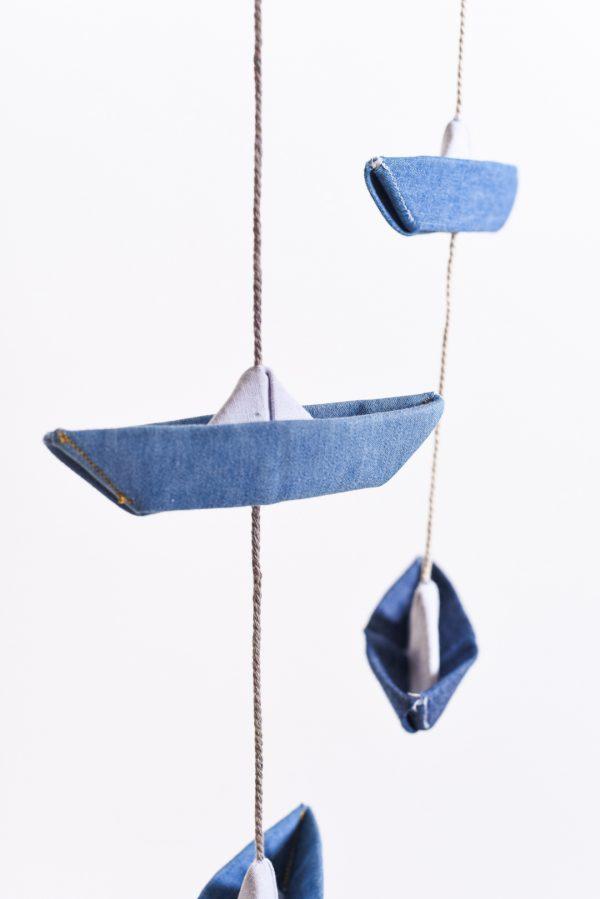 מובייל סירות אוריגמי, בד ג'ינס, מובייל לוילון, מובייל סירות אוריגמי, מובייל ימי, עיצוב חדר ילדים, מתנות לידה, מתנה לגיל שנה, אלמנט מעוצב לחדר השינה, עיצובים לוילון, מורן אלחלל אוריגמי בד