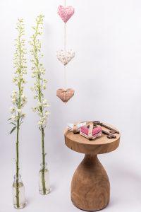 גרלנדת לבבות אנכית ובה לבבות אוריגמי המקפולים מבדי כותנה שונים. לעיצוב חדר ילדים ולעיצוב הבית. מורן אלחלל אוריגמי בד.