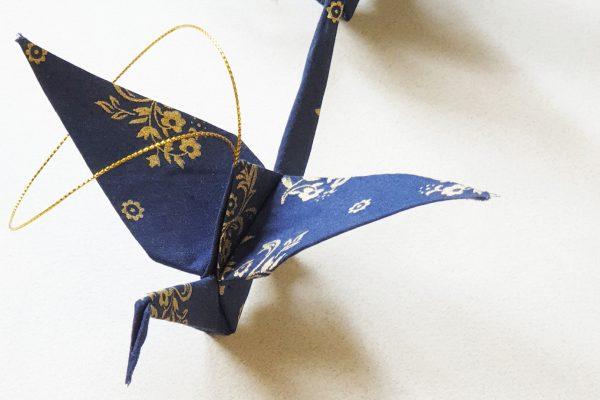 עגור אוריגמי בד כחול וזהב, עבודת יד, מתנה לחתונה, מתנות למורות, מתנת סוף שנה, קישוט לתלייה, מובייל , מורן אלחלל אוריגמי בד