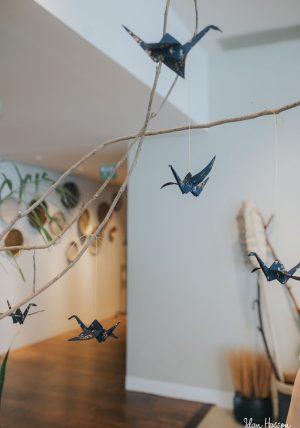 עגורי אוריגמי בד לתלייה ולקישוט, מובייל למזל, מתנת חתונה, עיצוב לאירועים, קבלת פנים, כחול וזהב, מורן אלחלל אוריגמי בד