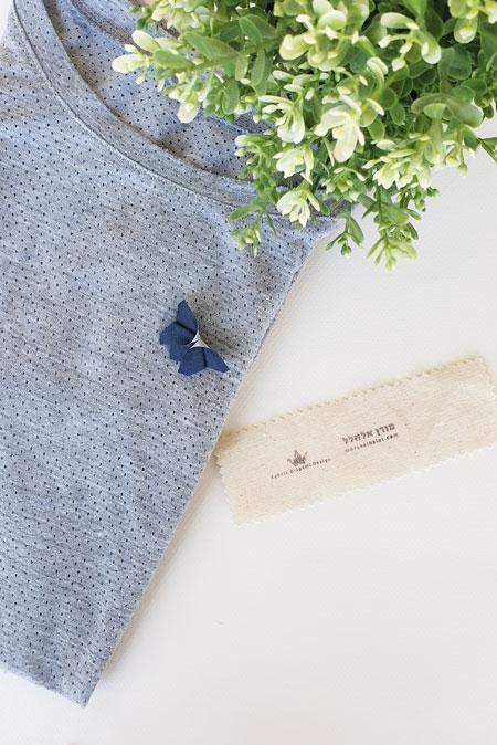 סיכת דש פרפר אוריגמי, סיכה מעוצבת צבע כחול נייבי, פרפר תלת מימדי לקישוט לבגד, קישוט לבגד, שיקוט לחולצה, סיכה לבגד בעבודת יד, מתנות לאירועים, מתנותלאורחים, מתנות לצוות, מתנות למורות, סיכות פרפרים. מורן אלחלל אוריגמי בד