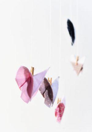 זוג פרפרי אוריגמי בד לעיצוב חדר הילדים, פרפרים תלויים, פרפרים לקישוט, פרפרים תלת מימדיים בבדים פרחוניים שונים. מורן אלחלל אוריגמי בד.