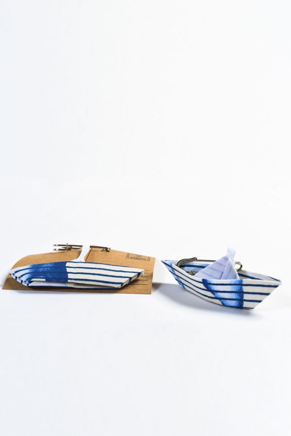 גלוייה מעוצבת, סיכת ביטחון מעוצבת, גלויית ברכה, מתנת לידה, אקססוריז לעגלה, אקססוריס לתיק ההחתלה, ברכה מקורית, סירת אוריגמי בד, פסים טאי דאי כחול לבן, מורן אלחלל אוריגמי בד