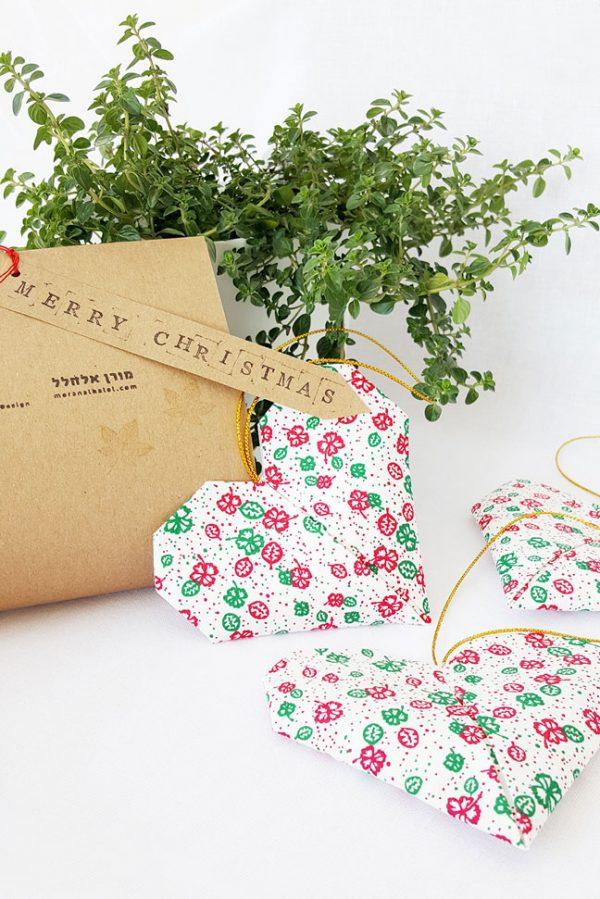 קישוט לתלייה לקריסמס, עגור אוריגמי בד, בד כותנה בדוגמא עלים בצבעי קריסמס - לבן אדום וירוק, קישוט לעץ, מתנה לחג, מורן אלחל אוריגמי בד.