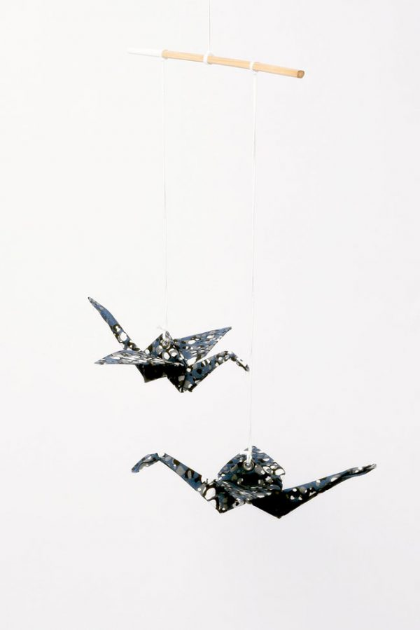 מוביל זוג עגורים כחול שחור ולבן, מובייל לעיצוב הבית, מתנה לחנוכת בית, מתנה לעובדים, מתנה לחג, מובייל עגורי אוריגמי בד, בד כותנה, אריזת רשת מהודרת, עבודת יד, מורן אלחלל אוריגמי בד.