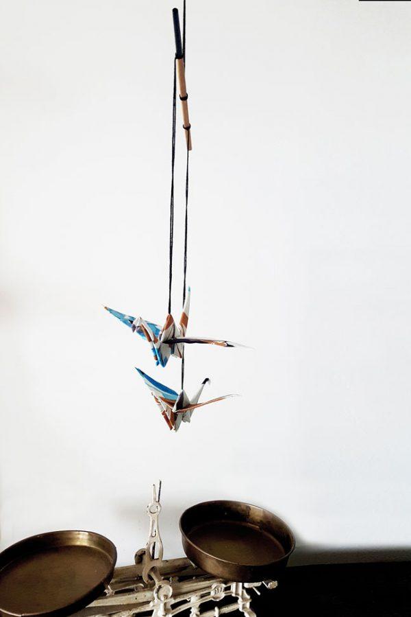מוביל זוג עגורים חום כחול שחור ולבן, מובייל לעיצוב הבית, מתנה לחנוכת בית, מתנה לעובדים, מתנה לחג, מובייל עגורי אוריגמי בד, בד כותנה, אריזת רשת מהודרת, עבודת יד, מורן אלחלל אוריגמי בד.