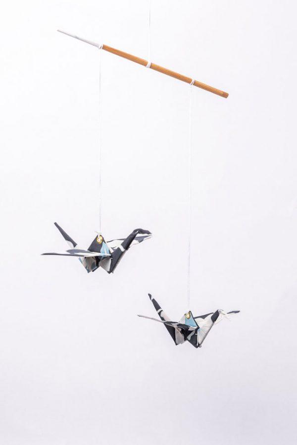 מוביל זוג עגורים כחול שחור ולבן יפני, מהדורה מוגבלת, מובייל לעיצוב הבית, מתנה לחנוכת בית, מתנה לעובדים, מתנה לחג, מובייל עגורי אוריגמי בד, בד כותנה, אריזת רשת מהודרת, עבודת יד, מורן אלחלל אוריגמי בד.