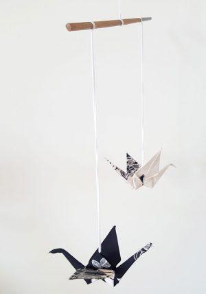 מובייל זוג עגורים, שחור לבן, מתנת חתונה, מתנת אירוסין, מתנה לזוג שמתחתן, עגורי אוריגמי, בד שחור לבן, מובייל עגורים על מוט במבוק, מורן אלחלל אוריגמי בד