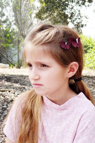 זוג סיכות פרפרי אוריגמי בד לשיער, בורדו, סיכות ראש לילדות, סיכות פרפרים, סיכות בעבודת יד, אקססוריס מעוצבים לשיער, שושבינה קטנה, מתנות לאירועים, מתנות לימי הולדת, מתנות לחגים לנכדות, מורן אלחלל אוריגמי בד